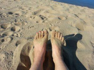 Barfuß am Strand Links