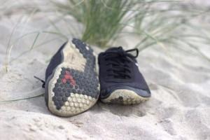 Barfußschuhe Vivobarefoot Neo am Strand