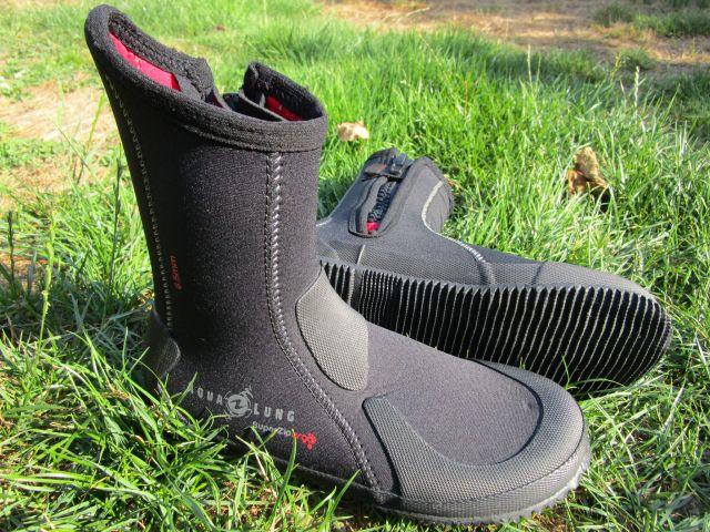 Neoprenstiefel als warme Barfußschuhe: Aqualung Super Zip Ergo in schwarz mit rot
