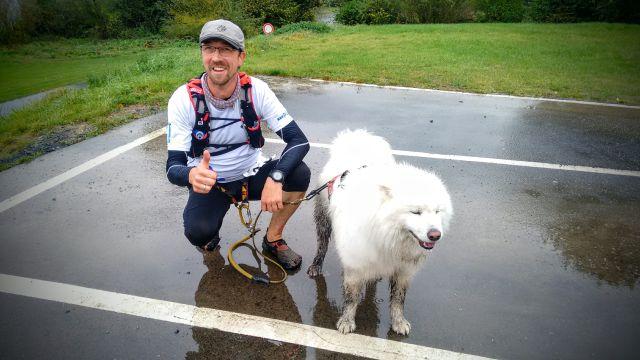Jörg mit seinem Hund Nanuk nach einem Lauf
