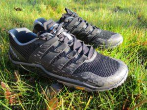 Trailrunningschuhe von Merrell auf grünem Gras