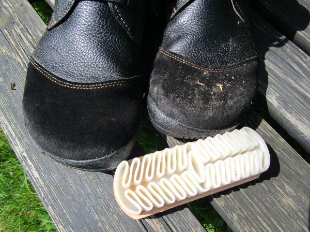 Rechter Schuh mit dreckigem Wildleder,linker Schuh mit Nubukbürste gereinigt