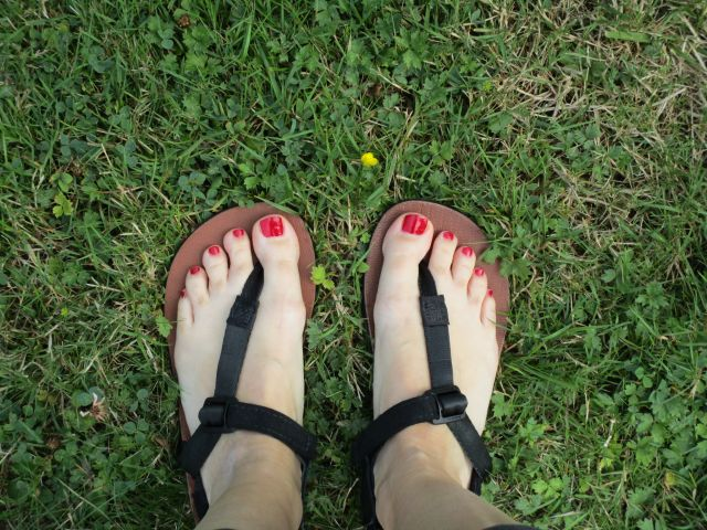Unterwegs auf der Wiese mit den Shamma Sandals