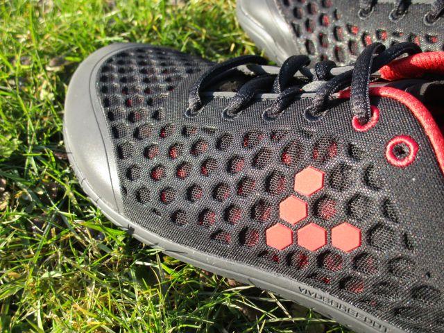 Vivobarefoot Stealth im Detail: Das rote Innenfutter schimmert hindurch